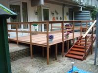 De tuin na aanpassingen; een rolstoel toegankelijk houten terras